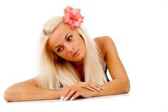 有一朵红色花的女孩,在她的头发被打褶了 免版税库存照片