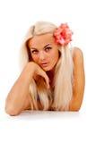 有一朵红色花的女孩,在她的头发被打褶了 库存照片