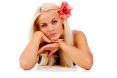 有一朵红色花的美丽的女孩 免版税库存图片