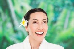 有一朵花的一名妇女在她的头发 图库摄影