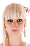 有一朵花的俏丽的妇女在头发 免版税库存照片