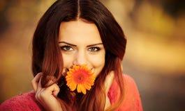 有一朵花的女孩在他的嘴 库存照片