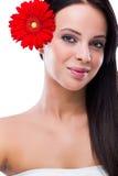 有一朵花的妇女在她的头发 免版税库存图片