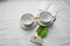 有一朵花的杯在桌上, 免版税图库摄影