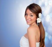 有一朵花的美丽的女孩在头 图库摄影