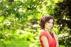 有一朵花的美丽的妇女在发型 免版税库存照片