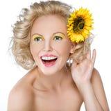 有一朵花的美丽的妇女在她的头发 库存图片