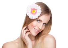 有一朵花的美丽的妇女在她的头发 库存照片