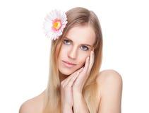 有一朵花的美丽的妇女在她的头发 免版税库存照片