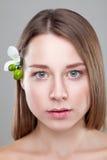 有一朵花的美丽的深色的妇女在头发 库存图片