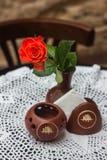 有一朵花的花瓶在咖啡馆桌上 免版税库存图片