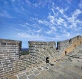有一朵蓝天和剧烈的云彩的长城中国 免版税库存照片