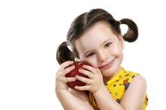 有一朵黄色花的俏丽的女婴在她的手上 图库摄影