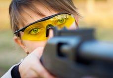 有一杆枪的一个女孩陷井式射击的 库存图片