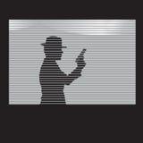 有一杆枪的人在窗口里 免版税库存照片