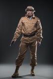 有一杆枪的战士在黑暗的背景 库存图片