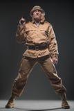 有一杆枪的战士在黑暗的背景 库存照片