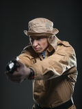 有一杆枪的战士在黑暗的背景 免版税库存图片