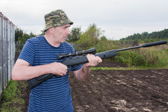 有一杆气动力学的枪的人 免版税图库摄影