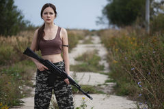 有一杆自动步枪的ak-74一名军事妇女 免版税库存照片