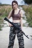 有一杆自动步枪的ak-74一名军事妇女 免版税库存图片