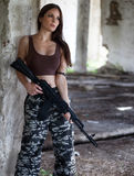 有一杆自动步枪的ak-74一名军事妇女 库存图片