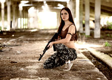 有一杆自动步枪的ak-74一名军事妇女 图库摄影