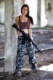 有一杆自动步枪的ak-74一名军事妇女 库存照片