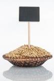有一束的板材大麦五谷和它的反射和价牌,尖 免版税库存照片