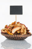 有一束的板材干苹果切片和它的反射和价牌,尖 免版税库存图片