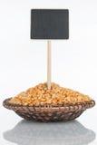 有一束的板材干豌豆和它的反射和价牌,尖 免版税图库摄影