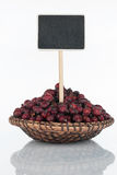 有一束的板材干野玫瑰果和它的反射和价牌,尖 库存图片