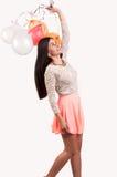 有一束的年轻愉快的女孩色的气球 免版税图库摄影