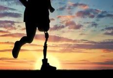 有一条义肢腿的残疾人 免版税库存图片