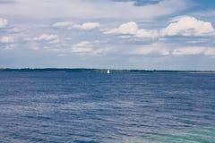 有一条偏僻的风船和多云天空的基辅海 免版税图库摄影