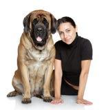 俏丽的女孩和大狗 免版税库存照片