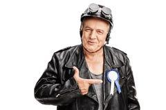 有一条奖丝带的资深骑自行车的人在他的夹克 免版税图库摄影