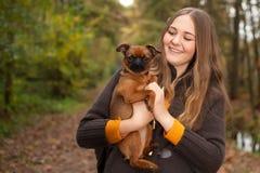 有一条好的狗的女孩 库存照片
