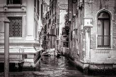 有一条小船的狭窄的小巷在大运河,威尼斯 免版税库存图片