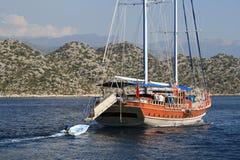 有一条小船的航行游艇后边在爱琴海 库存照片