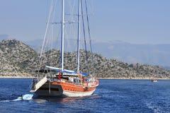 有一条小船的航行游艇后边在爱琴海 库存图片
