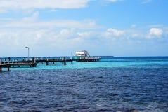 有一条小船的船坞在海洋 免版税库存照片