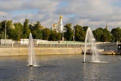 有一条彩虹的喷泉在旁路运河在早晨 免版税库存照片