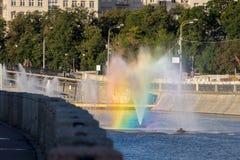 有一条彩虹的喷泉在旁路运河在早晨 图库摄影