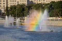 有一条彩虹的喷泉在旁路运河在早晨 库存图片