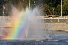 有一条彩虹的喷泉在旁路运河在早晨 免版税图库摄影
