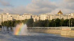 有一条彩虹的喷泉在旁路运河在早晨 库存照片