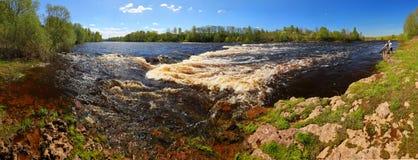 有一条懒惰河和急流的春天全景 免版税图库摄影