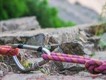 有一条攀登绳索的钢carabine勾子在岩石背景 克洛 库存照片