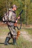 有一条狗的人在狩猎 免版税库存照片